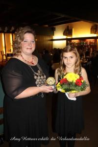 Amy erhält Medallie